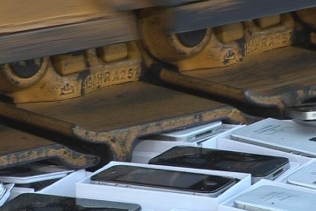 Un-buldozer-trece-peste-iPhone-uri