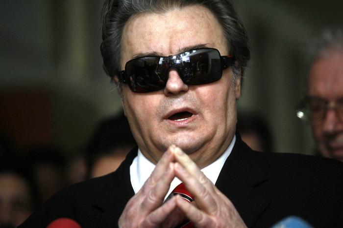 Corneliu Vadim Tudor, presedintele Partidului Romania Mare, participa la depunerea actelor pentru candidatura Verginiei Vedinas, la postul de primar al Capitalei, la Biroului Electoral Municipal (BEM), din Bucuresti, marti, 22 aprilie 2008. BOGDAN STAMATIN / MEDIAFAX FOTO